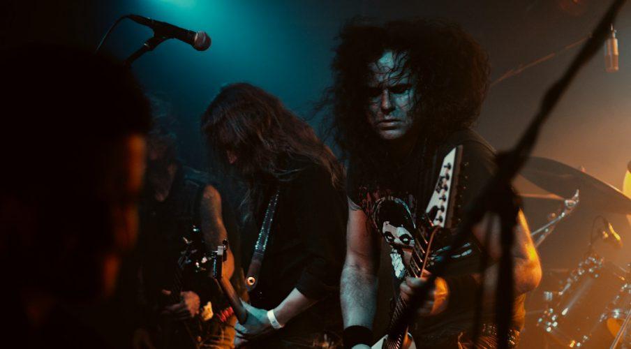 die trash metal band kreator live, gesehen direkt vor einer klub bühne in berlin