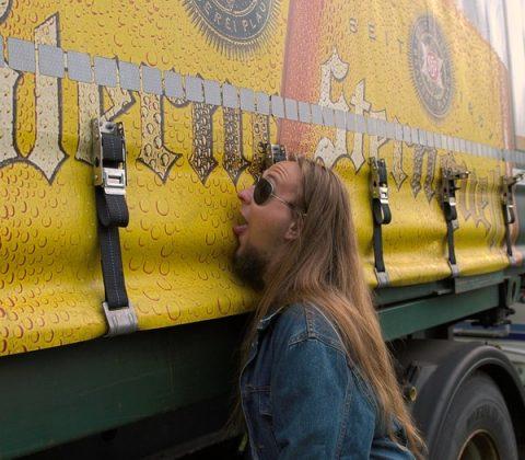 sternquell bierwagen, metal fan mit zunge an verdeckplane