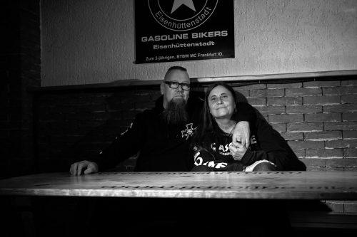 Micha mit seiner Frau auf der Bank