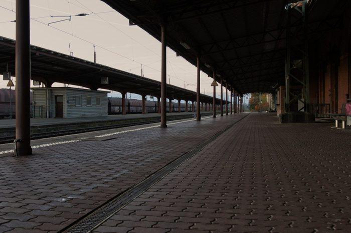 leerer Bahnsteig