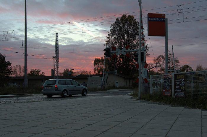 Auto vor einem Bahnübergang