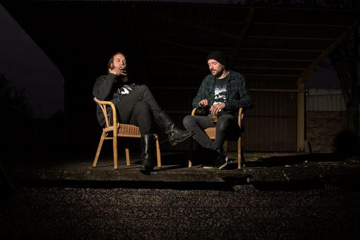 zwei Männer sitzen und rauchen
