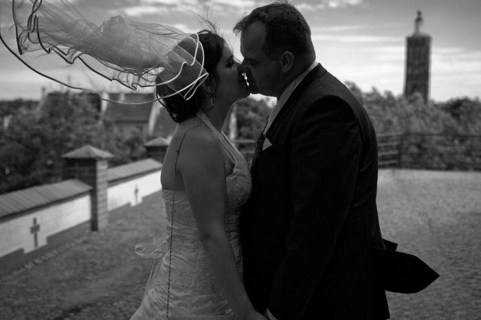 Hochzeitspaar im Wind im Hintergrund die polnische Stadt Gubin