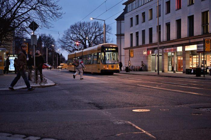 Straßenszene in Dresden mit einer Straßenbahn zur blauen Stunde