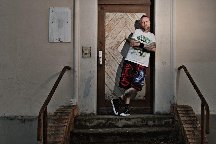 ein mann steht an einer haustür auf dem treppenabsatz
