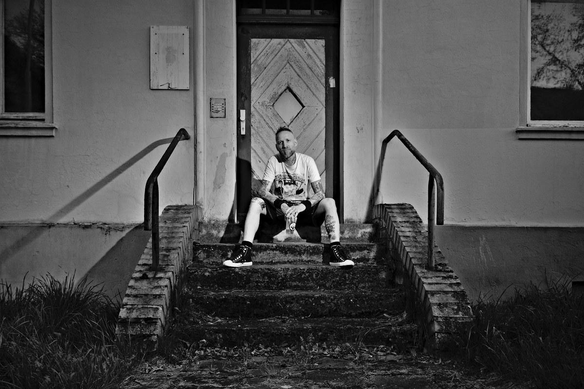 ein mann sitzt auf einem treppenabsatz