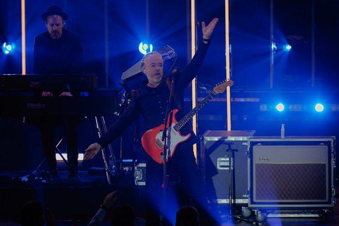 gitarrist roland orzabal - tears for fears auf der bühne, hände in die Luft gestreckt