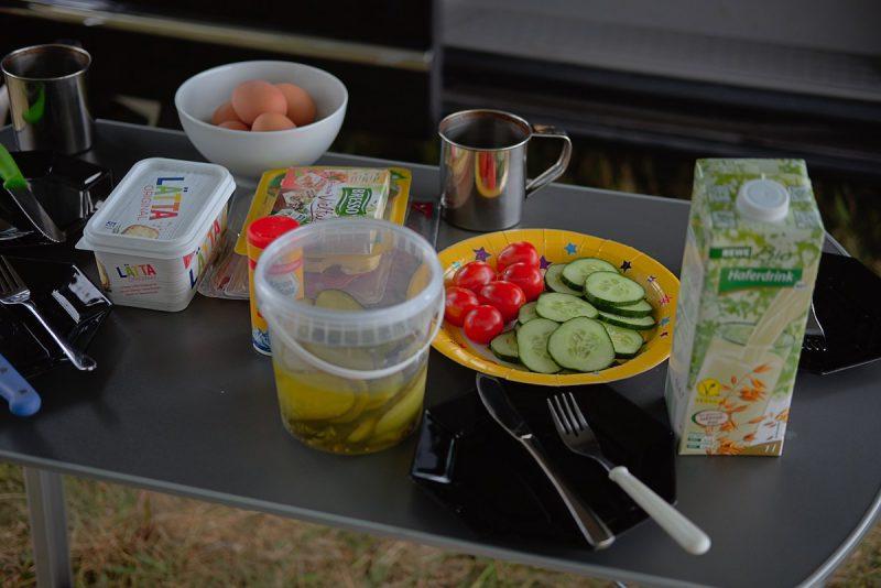 frühstück auf einem campingtisch