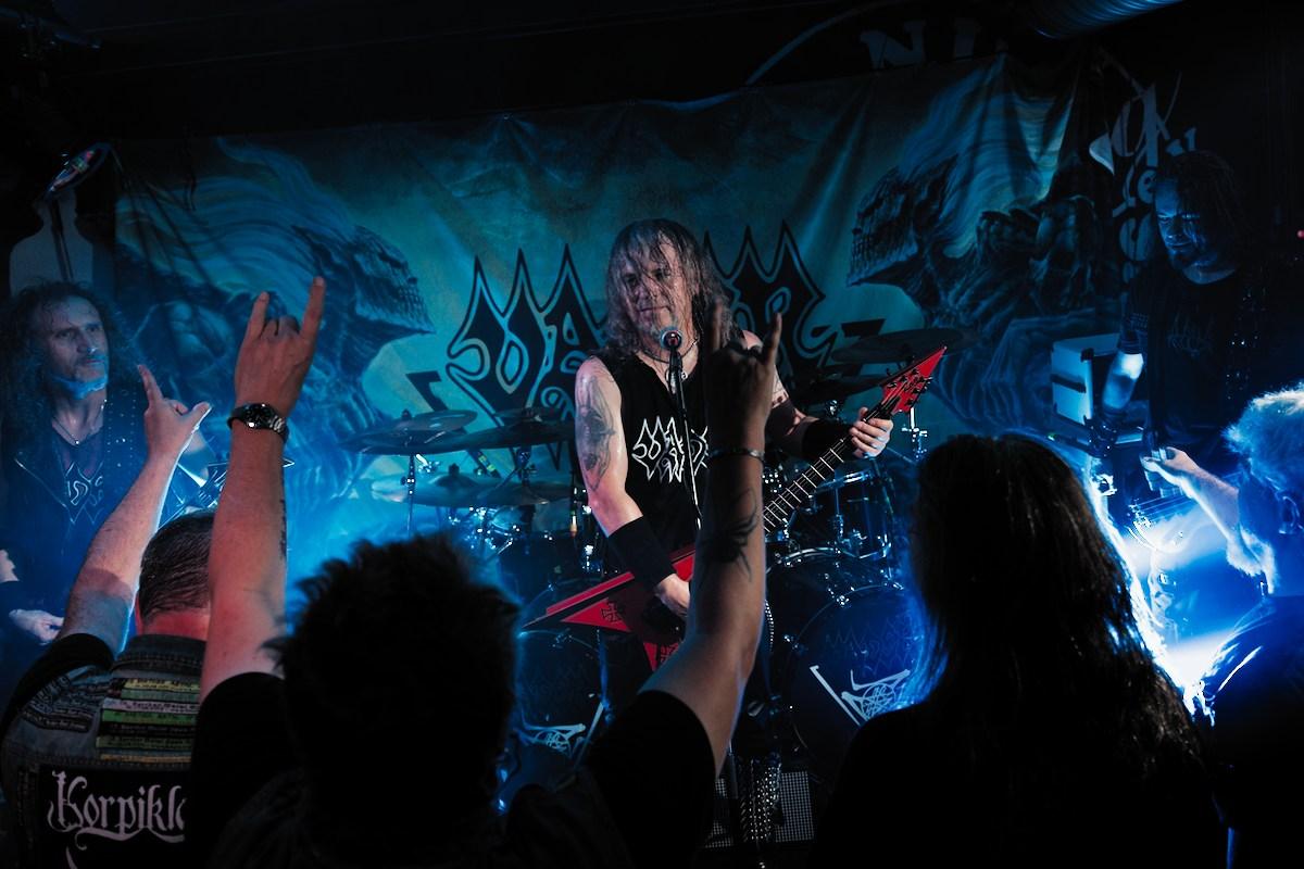 die polnische death metal band vader live auf einer kleinen klub bühne
