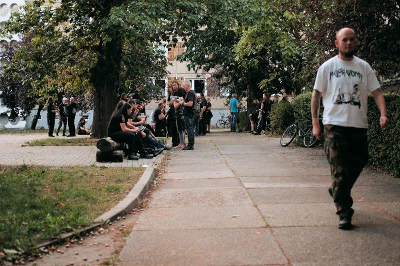 metal fans sitzen, stehen und quatschen vor dem muggefug in cottbus