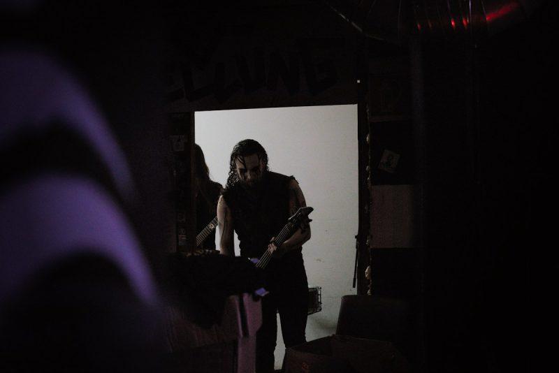 ein gitarrist der band hate kommt aus dem backstage auf die bühne des muggefug