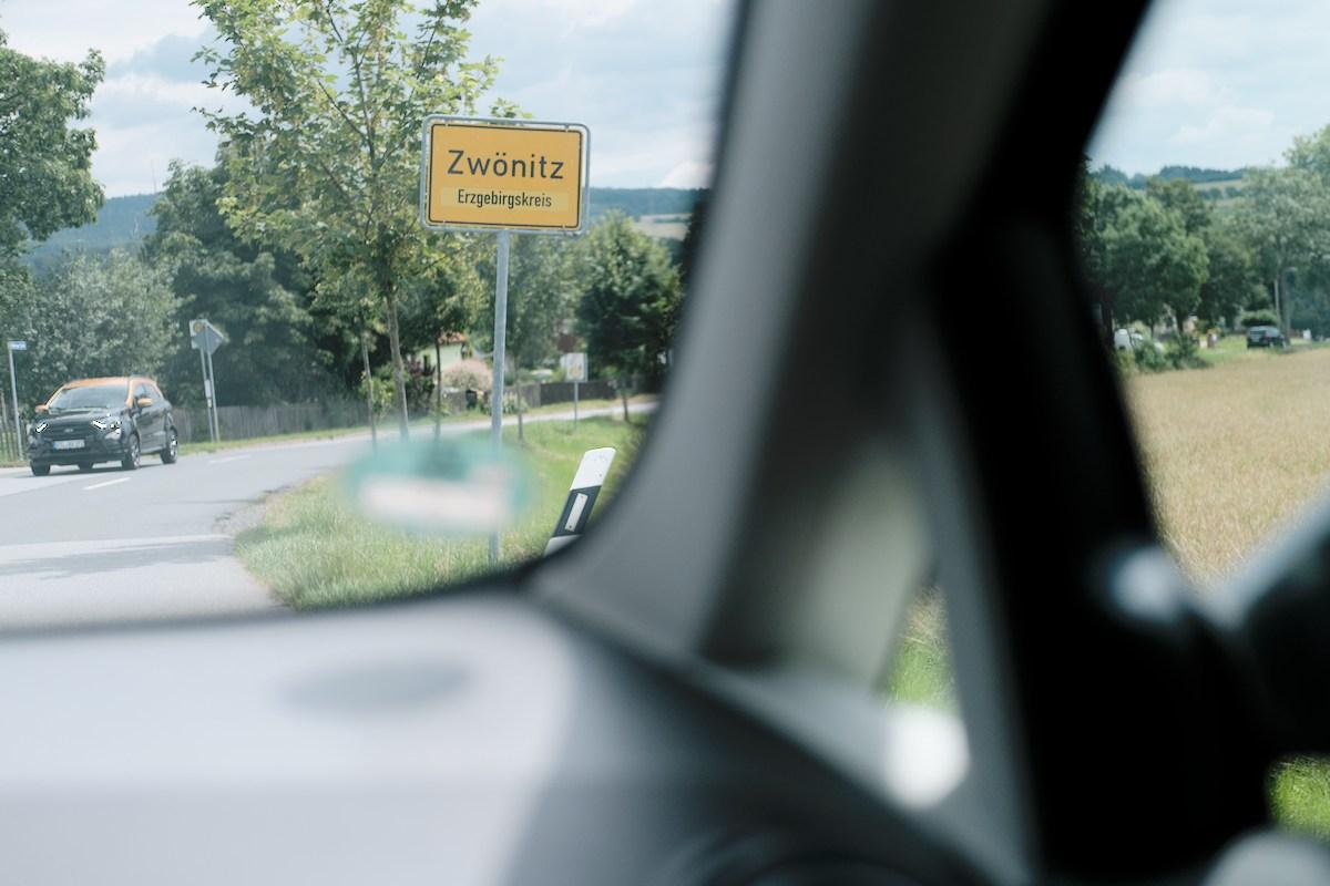 ortseingangsschild von zwönitz/erzgebirge aus dem auto heraus fotografiert