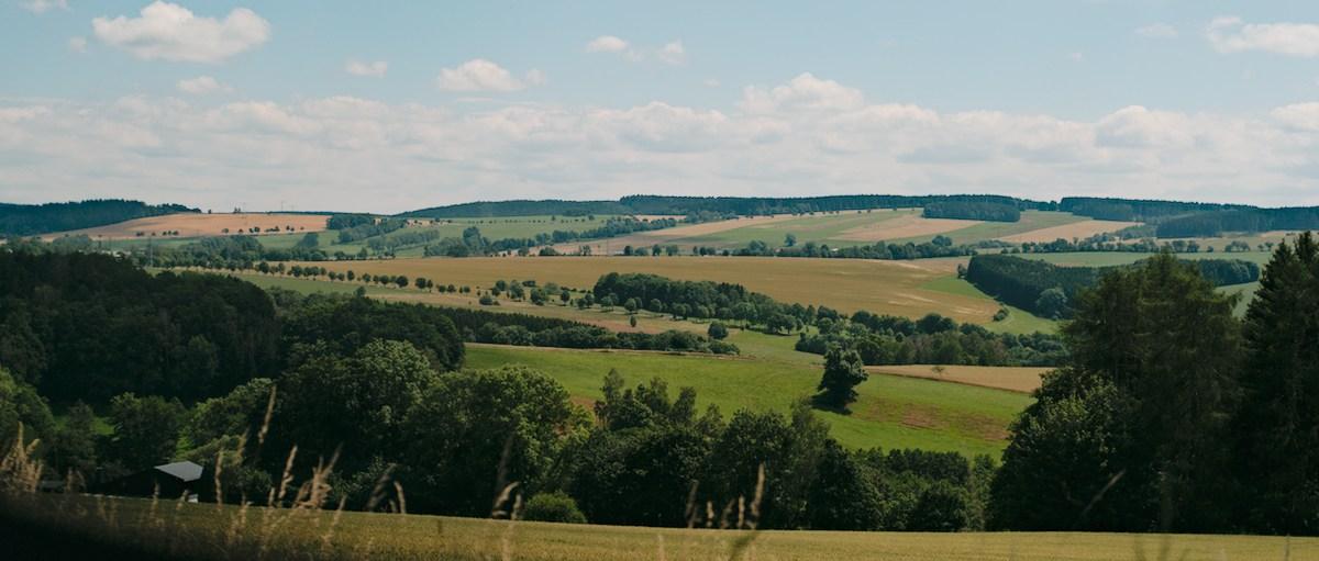 landschaft nahe aue, berge, grüne wiesen, bäume